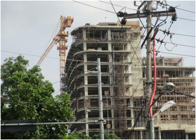 """Crane di sebuah gedung pencakar langit di lokasi """"kepala naga"""" (lokasi strategis) untuk berbisnis"""