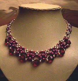 Эффектное граннатовое ожерелье со схемой