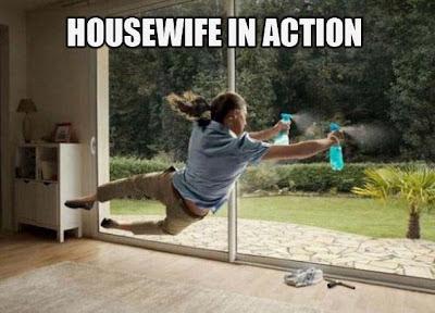 Lustiges Bild einer Hausfrau beim Fenster putzen
