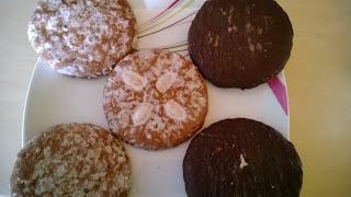 2 verschiedene Sorten Lebkuchen einmal mit Zuckerguss und einmal mit Schokolade