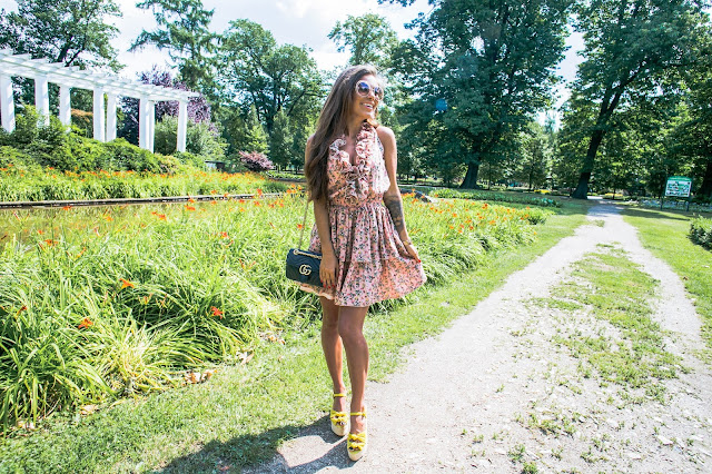 Zwiewna sukienka w kwiatowy print /SUGARFREE - Czytaj więcej