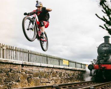 Les tricks étonnants de Danny MacAskill en pleine campagne