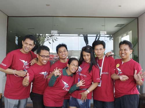 KENANGAN : Ini kami para pekerja sukarelawan (Volunteer) Kang Guru Indonesia yang sudah pensiun sejak Desember 2011 yang lalu. Dari kanan ke kiri : Syahrir (Makasar), Wibowo (Medan) , Suryadi (Madura), Keyko (Semarang), Ririn (Kediri), Fadel (NTB), dan saya sendiri Aseo (Pontianak).   (Dokumentasi Kang  Guru Indonesia)