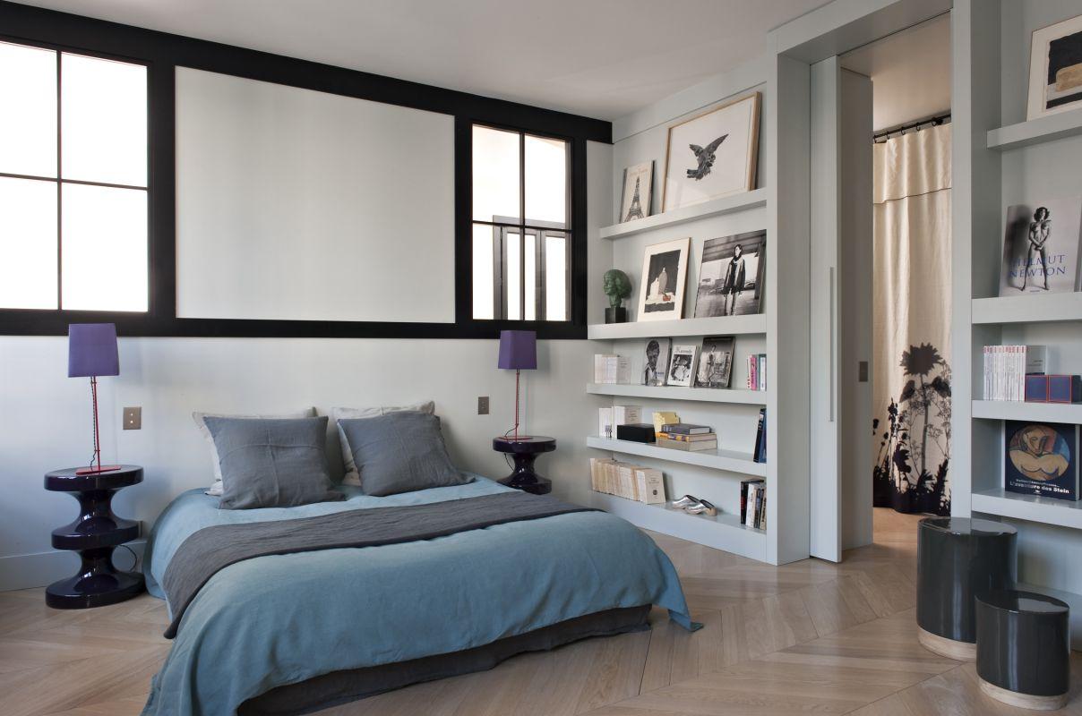 Color y geometr a bien usados en un apartamento en paris ministry of deco - Camera da letto con libreria ...