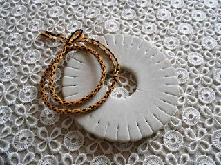 bransoletka okrągła z muliny – wzór groszki