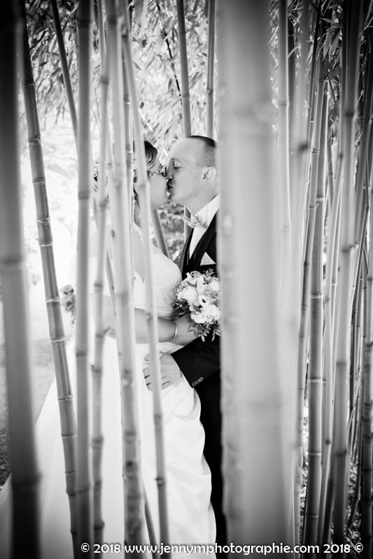portrait mariés photo noir et blanc couple dans bambous