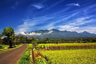 Keindahan Gunung Galunggung dengan latar pesawahan yang indah.