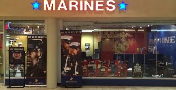 Вербувальний пункт US Marine corp в торгівельному центрі