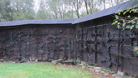 Krzyże po zniszczonych cerkwiach i zdewastowanych cmentarzach.