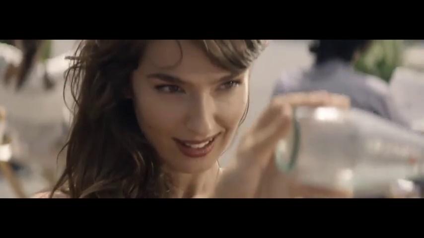Spot bibite sanpellegrino con canzone l 39 amore verr dal - La ragazza della porta accanto colonna sonora ...