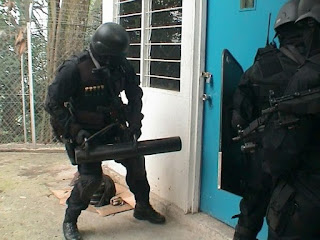 Embestir la puerta