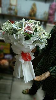 Ramo de flores con billetes y perlas para boda. Original DIY