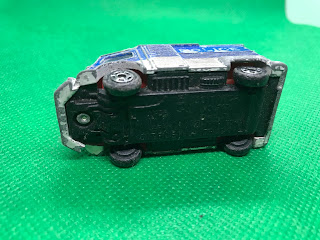 Citroen H TRUCK のおんぼろミニカーを底面から撮影