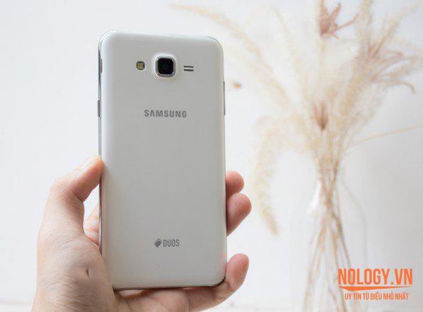 Mặt sau của Samsung Galaxy J7 chính hãng