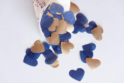 Cono de confetti en azul navy y dorado