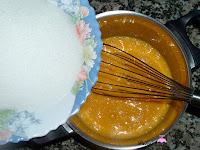 Añadiendo azúcar a los huevos