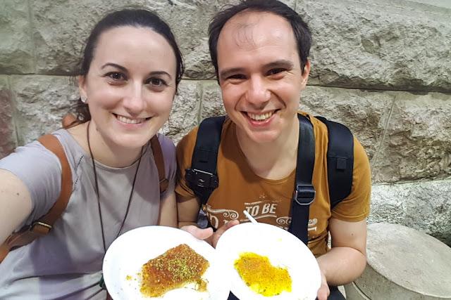 Alberto y Lena en Habibah comiendo Knafeh
