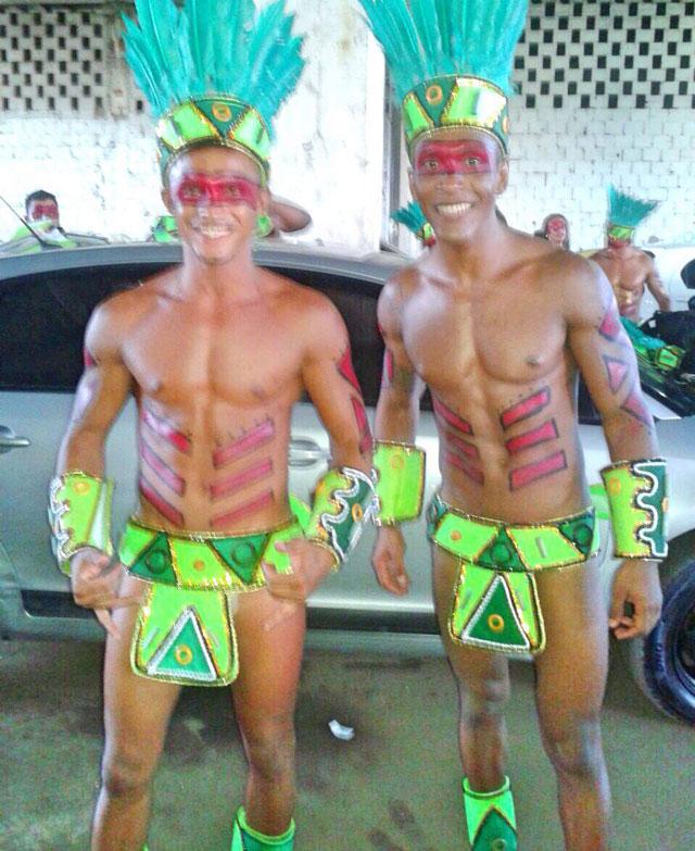 O fisiculturista Leonardo Vicente (à direita) desfila pela primeira vez na Sapucaí. Foto: Arquivo pessoal