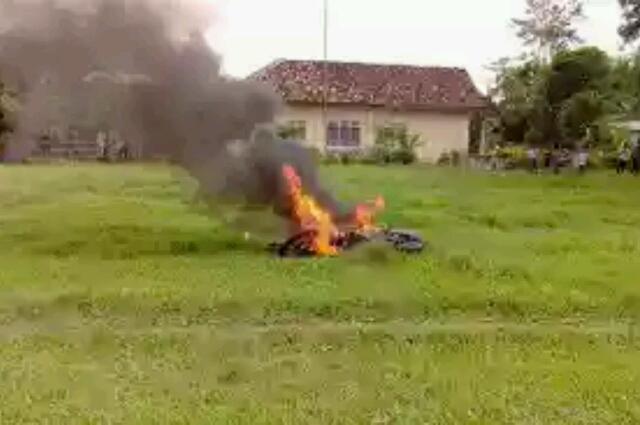 PencuriKepergok di Candipuro, Massa Bakar Motor Pelaku