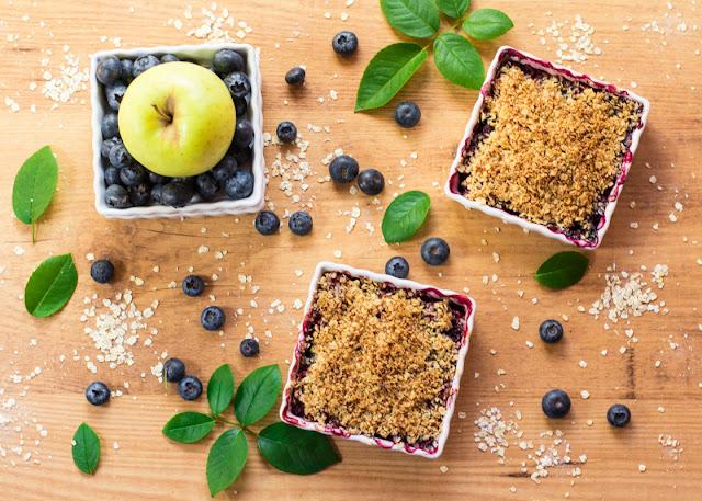 Crumble de manzana y arándanos saludable