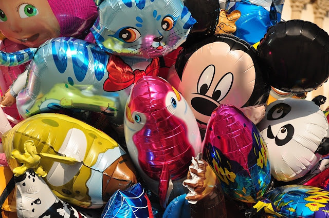 chiquitecas niños y niñas globos piñatas lugares conomicos baratos-min neon alquiler de inflables Santa Ana