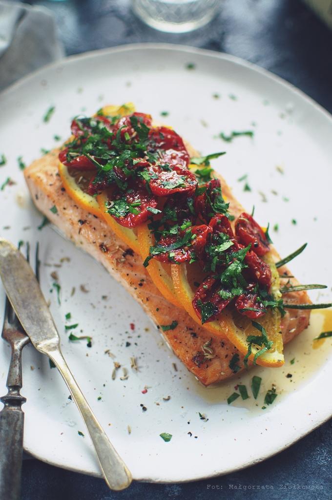 Pieczony łosoś z pomarańczą, nasionami kopru włoskiego i pomidorkami