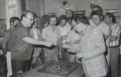 Mirando piezas de ajedrez en el VIII Campeonato de Ajedrez de Educación y Descanso 1956 (1)
