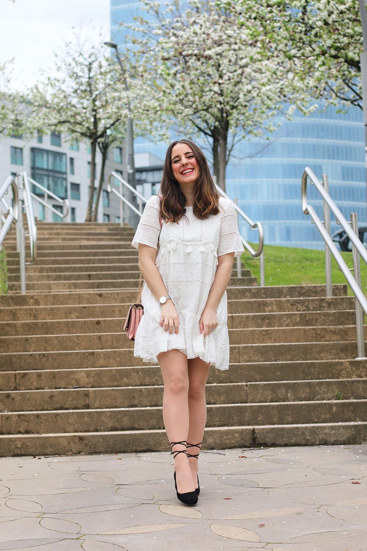 6ae9e67d5 Outfit con vestido blanco para el buen tiempo