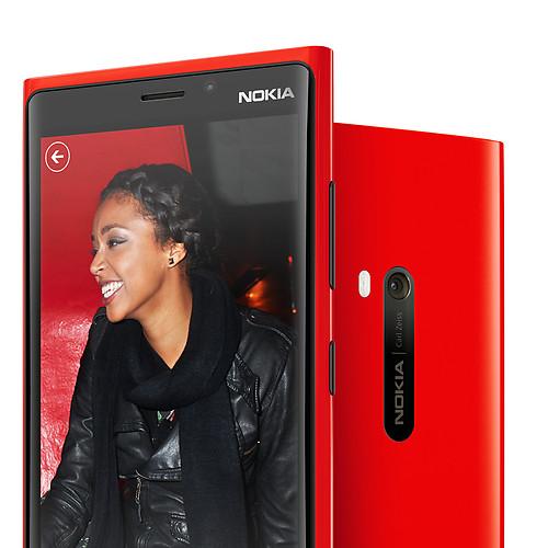 immagine di un nokia lumia 920 di colore rosso