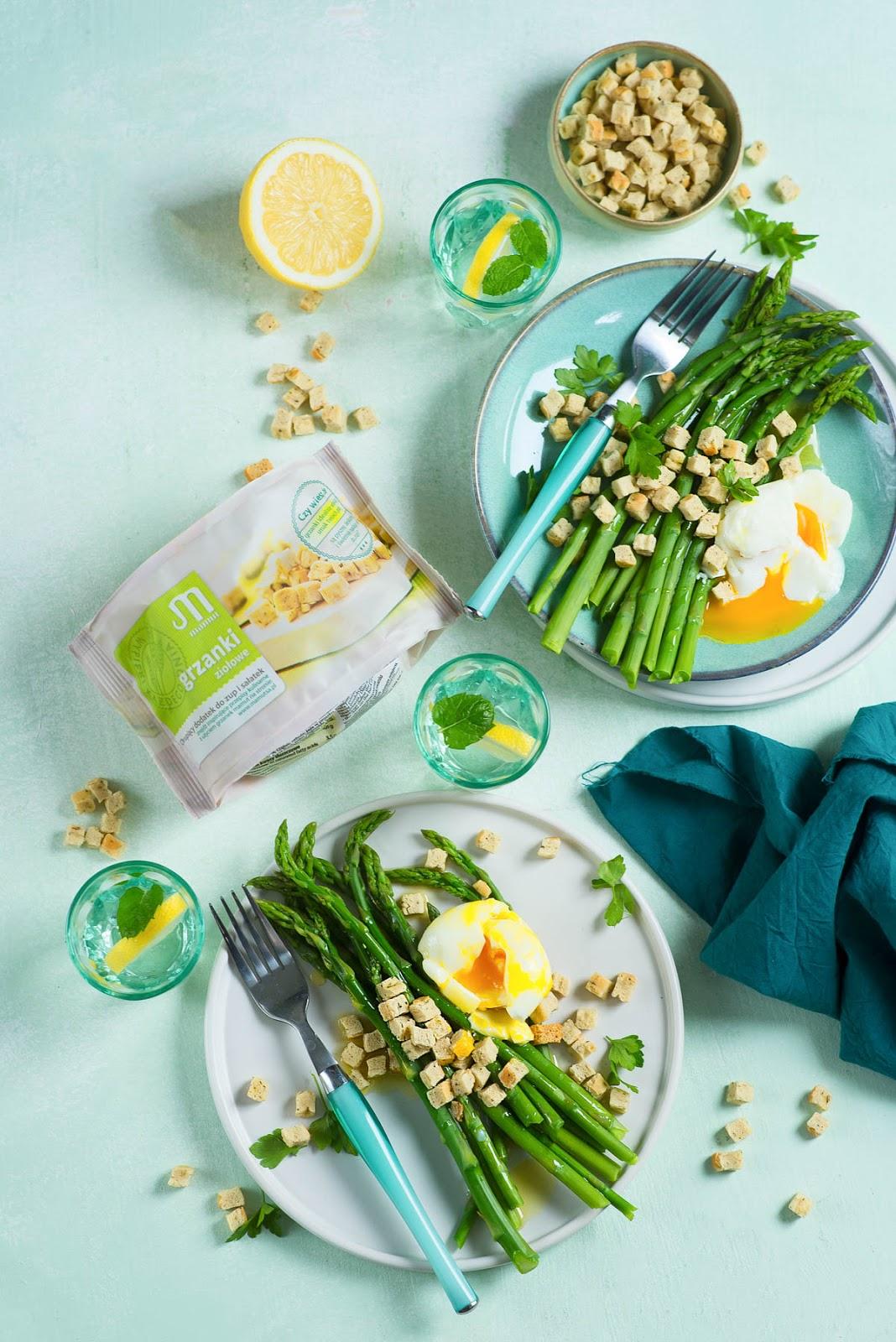 Szparagi z jajkiem poche i ziołowymi grzankami