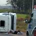 Caminhão-cegonha com carros da Mercedes-Benz tomba em rodovia de Iracemápolis; dois feridos