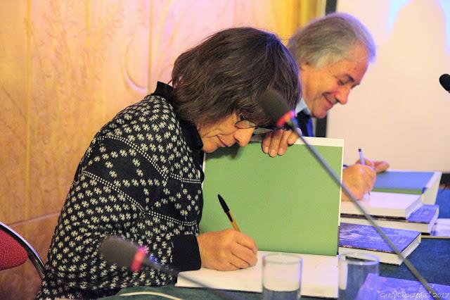Catherine Destivelle et Gilles Modica signent Fontainebleau, 1 siècle d'escalade à la Mairie de Fontainebleau