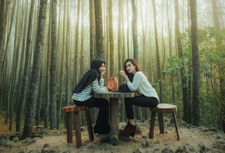 foto berdua di Hutan Pinus Mangunan