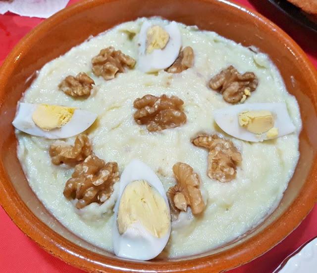 Un puré hecho con ajo, aceite, patata y bacalao