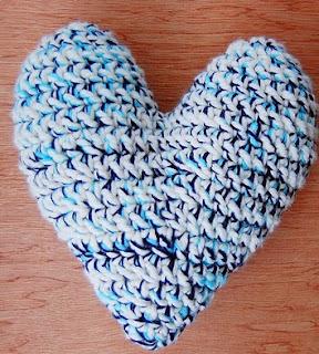 http://translate.googleusercontent.com/translate_c?depth=1&hl=es&rurl=translate.google.es&sl=auto&tl=es&u=http://www.monmakesthings.com/2014/02/crochet-heart-pillow-pattern-tutorial.html&usg=ALkJrhjNTfRfoYUQfaJHvgDuR8wqNx6oyw