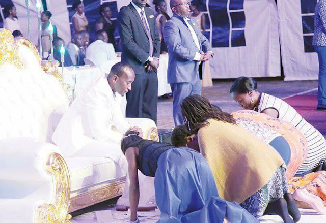 Trending Photos Of Church Members Kissing Pastor's Feet In Front Of Congregation