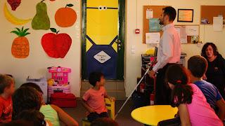 Ο Βαγγέλης Αυγουλάς δείχνει στα παιδιά το λευκό μπαστούνι