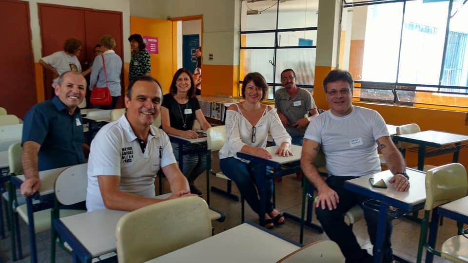 Ex-alunos nos lugares que ocupavam quando frequentavam a escola Isabel. Foto: Rita de Cássia Fernandes / acervo Mersini Spaloni