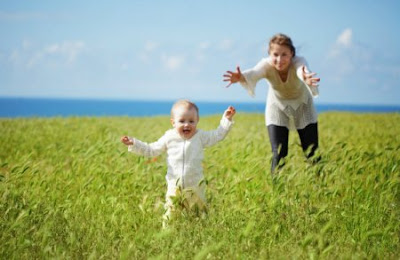 Ibu Sedang Membimbing sang Anak - Blog Mas Hendra