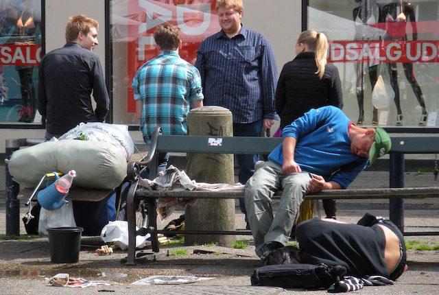 Οι μη άστεγοι βλέπουν τους άστεγους σαν αντικείμενα