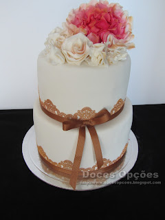 wedding cake golden lace.