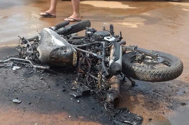 Motociclista perde direção, sofre acidente e moto XT 660 pega fogo em via pública
