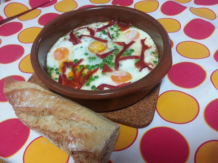 fuevos al plato con chorizo, cazuela de huevos, huevos al horno con tomate