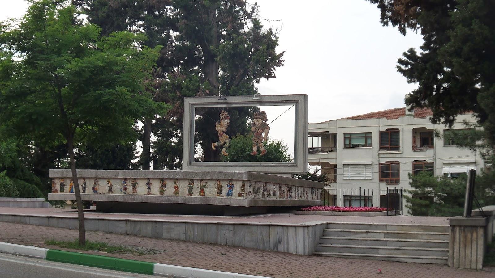 Bursa Hacıvat Karaköz Anıtı