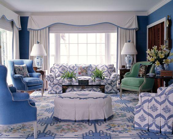 Изумительный бело-голубой интерьер гостиной с растительным орнаментом. 23 картинки для вдохновения