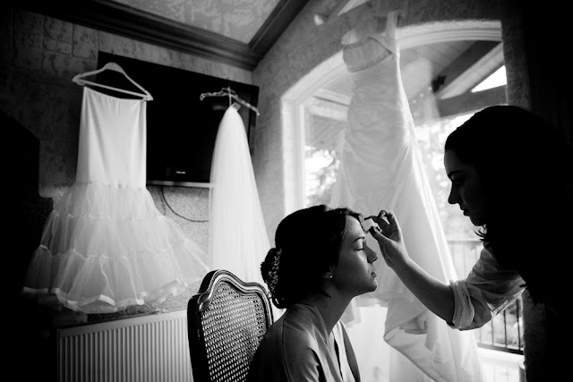 Puesta a punto de la novia el día de la boda - Foto: www.redboxweddings.com