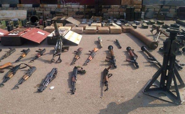 بالفيديو ضبط أسلحة وذخيرة من مخلفات المجموعات الإرهابية في مزارع درعا البلد