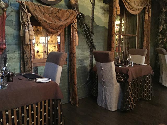 L'intérieur de la salle à manger au Mange Grenouille