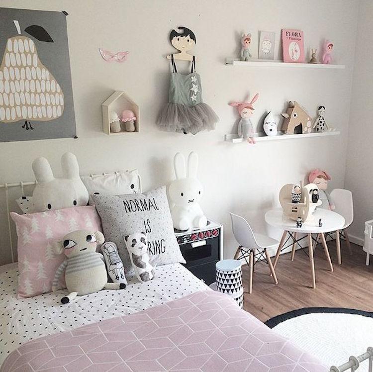 dormitorio de niña en gris, blanco y rosa