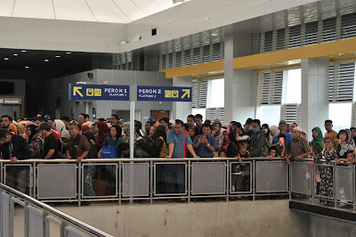 penumpang LRT stasiun bandara